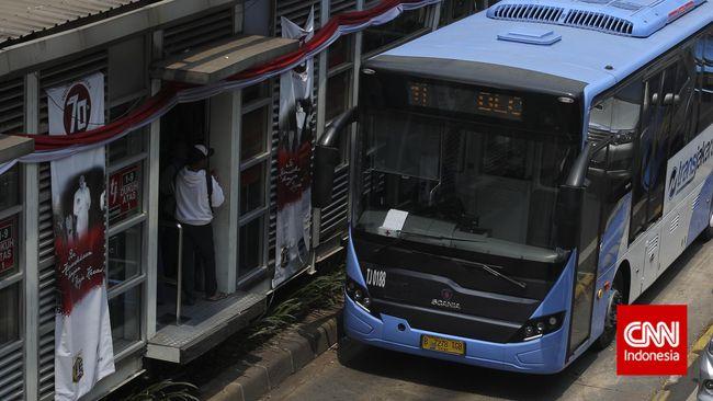 Sebagian rute TransJakarta dan Jak Lingko masih belum bisa beroperasi karena terkendala banjir yang menggenangi sejumlah titik di Jakarta hari ini.