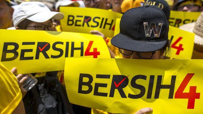 Ribuan orang turun ke Jalan di Kuala Lumpur dalam aksi Bersih 4 untuk mendesak reformasi pemerintahan dan lengsernya Najib Razak.