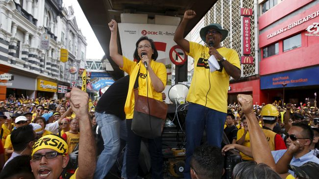 Pemeriksaan aktivis Bersih 4 yang dilakukan dianggap berseberangan dengan konstitusi negeri jiran itu soal kebebasan perhimpunan.