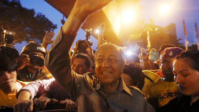 Mantan PM Malaysia Mahathir tanpa diduga hadir dalam protes Bersih di Kuala Lumpur Sabtu (29/8), mengeluarkan kecaman bagi PM Najib Razak.