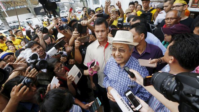 Mantan perdana menteri Malaysia, Mahathir Mohamad menjelaskan perihal kehadirannya dalam aksi unjuk rasa Bersih 4, lewat tulisan di blog miliknya.