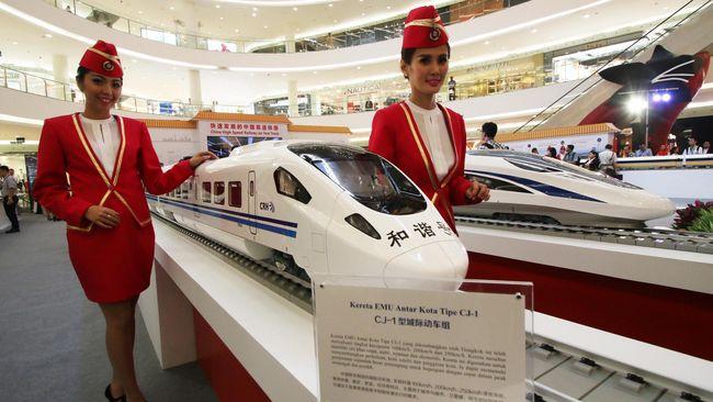 Pengamat meminta Jokowi mempertimbangkan lagi penggunaan APBN di proyek Kereta Cepat Jakarta-Bandung karena bisa berisiko. Berikut penjelasannya.