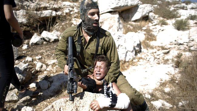 Foto Tentara Israel Tangkap Bocah Bertangan Patah Mendunia