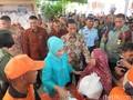 Kembali Blusukan, Jokowi Bagikan Sembako kepada Warga Jakbar