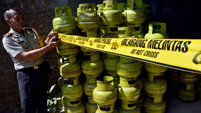 Polisi menyita tabung Elpiji sebanyak 2.822 tabung pelbagai ukuran, 11 mobil bak terbuka, dan seorang tersangka berinisial B.