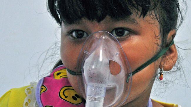 Dokter Ari Fahrial Syam dari Universitas Indonesia, mengungkapkan masalah kabut asap di Sumatera bisa berpotensi menyebabkan kekurangan oksigen atau hipoksia.