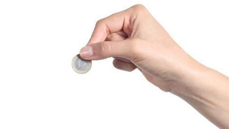 Seseorang memegang koin.