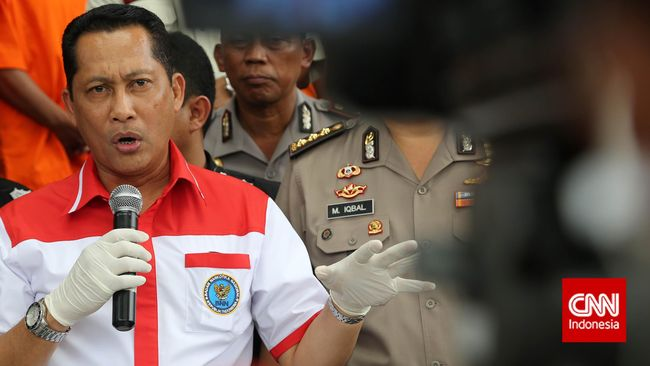 Kepala Badan Narkotika Nasional Komisaris Jenderal Budi Waseso berkeras akan mengevaluasi aturan rehabilitasi, meski ditentang Kementerian Hukum dan HAM.