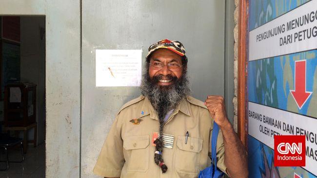 Mantan tahanan politik asal Papua, Filep Karma menyatakan golput pada Pilpres 2019. Dia menilai Jokowi dan Prabowo tak ada manfaatnya bagi orang Papua.