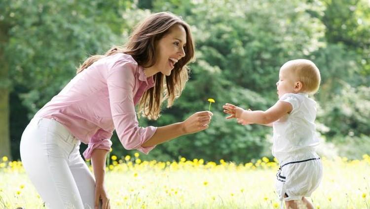 Saat melihat tumbuh kembang anak lain, jangan sampai nggak fokus sama buah hati sendiri lho, Bun.