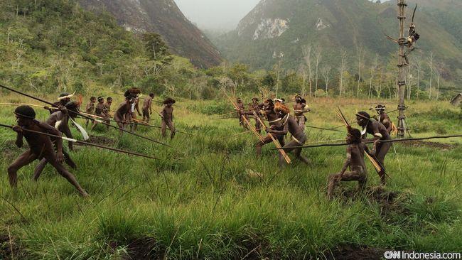 Bentrokan antar-suku di Papua kembali terjadi, kali ini antara Suku Nafri dan Suku Enggros terkait sengketa lahan.