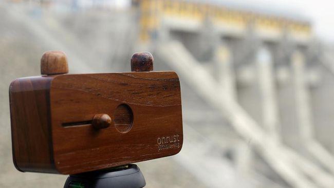 Kamera lubang jarum adalah kamera sederhana yang terbuat dari kayu jati. Apa pembaruan pada kamera generasi kedua buatan Onrust?