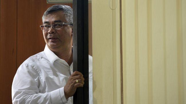 Tiga tahun sebelum Patrialis terjerat, mantan ketua Mahkamah Konstitusi Akil Mochtar dicokok KPK karena menerima suap sekitar Rp3 miliar.