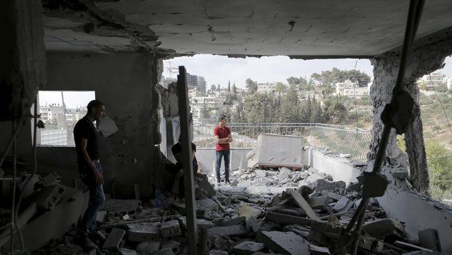 Israel menghancurkan rumah milik dua warga Palestina pelaku penyerangan terhadap warganya tahun lalu.