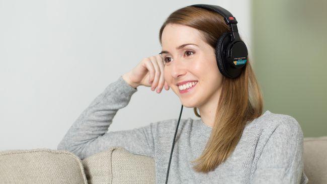 Adjie Santosoputro, praktisi mindfulness mengungkapkan bahwa mendengarkan musik bisa dijadikan latihan untuk mindfulness atau latihan kesadaran.