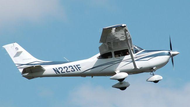 Pesawat latih jenis Cessna yang membawa dua awak jatuh di Sungai Cimanuk, Indramayu, Jawa Barat, Senin (22/7). Satu awak selamat, lainnya belum ditemukan.