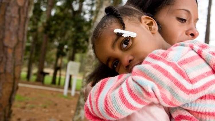 Memeluk dan memberi sentuhan hangat adalah kegiatan sepele yang punya manfaat besar buat anak, lho.