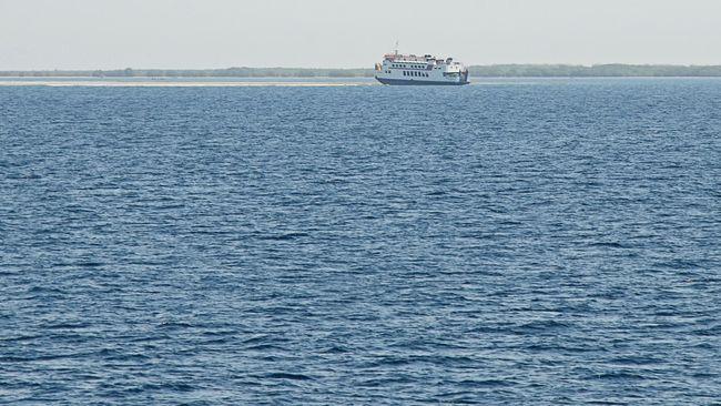 Kapal penyeberangan Kormomolin yang kandas di perairan Gili Lampu Selat Alas, Lombok Timur, NTB, Minggu (18/10). Kapal penyeberangan Kormomolin yang berangkat dari Pelabuhan Poto Tano, Sumbawa Barat menuju Pelabuhan Kayangan Lombok Timur membawa 40 orang penumpang dan 21 kendaraan jenis truk serta mobil berukuran sedang. Seluruh penumpang kapal kandas tersebut berhasil dievakuasi dalam kondisi selamat. ANTARA FOTO/Ahmad Subaidi/kye/15.