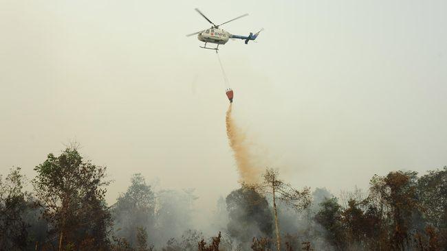 Helikopter pengebom air telah menumpahkan lebih dari 4,6 juta liter air untuk memadamkan karhutla di Sumatera Selatan dalam satu bulan terakhir.