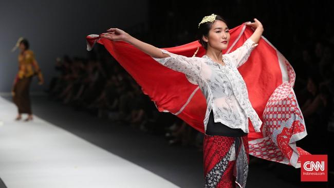 Kebaya dan kain batik selama ini identik dengan gaya yang 'jadul' dan tradisional. Namun di tangan Obin, batik bisa digunakan untuk anak muda yang bergaya.