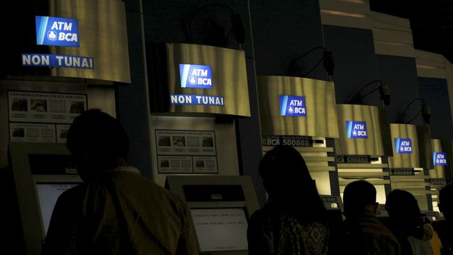 Biaya operasional satu mesin ATM BCA bisa lebih dari Rp144 juta per tahun. Itu termasuk biaya pemeliharaan mesin, kertas, AC, listrik, asuransi dan lain-lain.