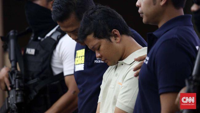 Lelaki yang diduga sebagai pengembom Mal ini tercatat tinggal di Perumahan Griya Serdang Indah Blok B16 Nomor 16, Cilegon, Banten, dan sudah menikah.