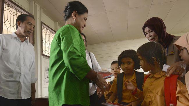 Nama Ibu Negara Iriana Widodo ternyata tak begitu dikenal anak-anak. Jokowi harus kembali mengenalkan Iriana di depan anak-anak yatim di Istana Bogor.