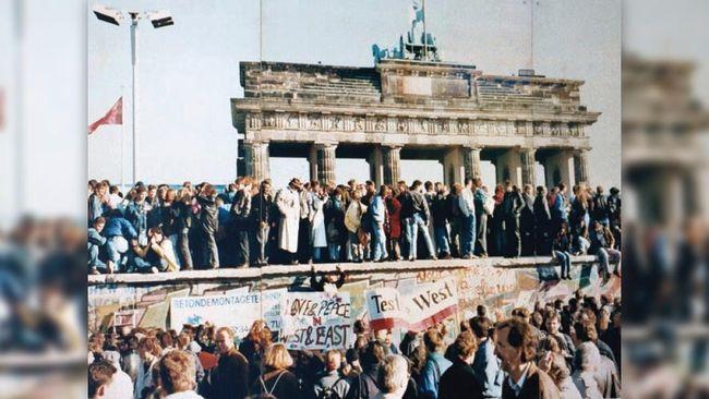 Sekelompok pejalan kaki tersandung dan tak sengaja menemukan potongan Tembok Berlin yang hilang nyaris 30 tahun lalu.