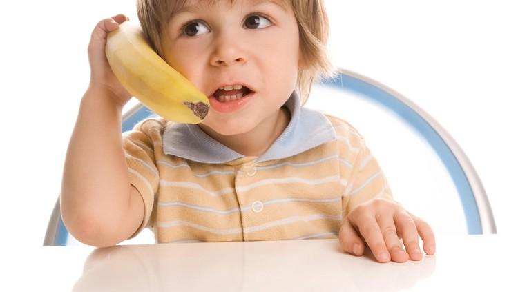 Dengan bermain, anak bisa melatih imajinasinya. Kira-kira apa saja sih manfaat bermain imajinasi bagi anak?