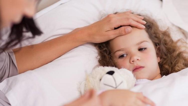 Udara yang kering akibat musim kemarau membuat anak rentan mengalami selesma atau batuk pilek. Simak cara pencegahan dan penanganan batuk pilek dari dokter.