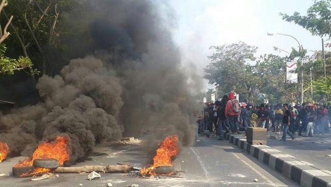 Markas Ormas BPPKB diamuk massa dalam bentrok ormas di Sukabumi yang menewaskan satu anggota Pemuda Pancasila. Kondisi kini sudah kondusif.