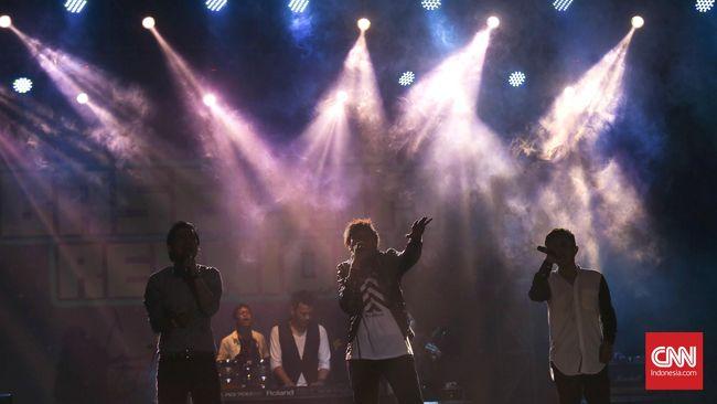 Base Jam menjadi band pertama yang membuat klip dengan konsep di atas mobil terbuka keliling Jakarta, untuk lagu Jatuh Cinta yang rilis 1997.