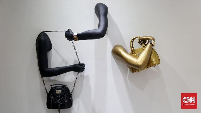 Desainer fesyen J.W. Anderson mengeksplor kreativitasnya dengan menghadirkan pameran seni yang provokatif.