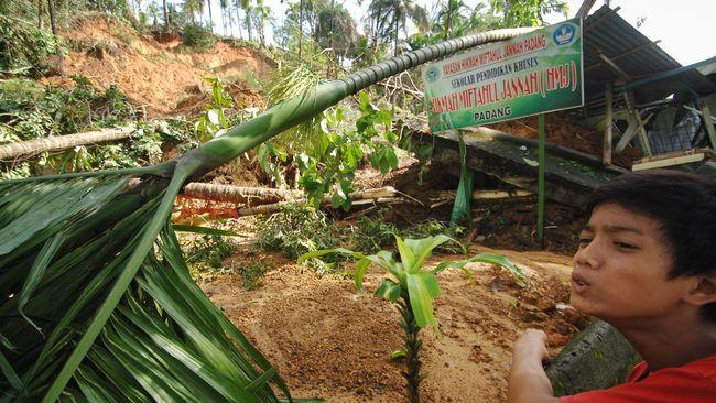 Menko Bidang Pembangunan Manusia dan Kebudayaan Puan Maharani telah meminta BNPB untuk rapat koordinasi dengan gubernur antisipasi banjir dan longsor.