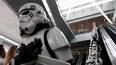 Pesawat bertema Star Wars dari maskapai All Nippon Airways (ANA) mendarat di Bandara Changi, Singapura. Pesawat itu akan dipamerkan pada 12-14 November 2015.