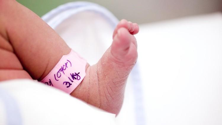Kisah sedih dialami seorang bayi di China. Umurnya baru seharu lebih, sekitar 30 jam. Tapi, dia sudah positif terinfeksi virus corona, Bun.