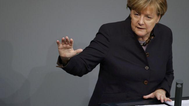 Alasan Kanselir Jerman Angela Merkel menyerukan pelarangan cadar bisa jadi karena tekanan yang menentukan hidup-mati karir politiknya.