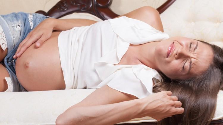 Kista muncul saat hamil memang mencemaskan. Tapi, haruskah dioperasi?