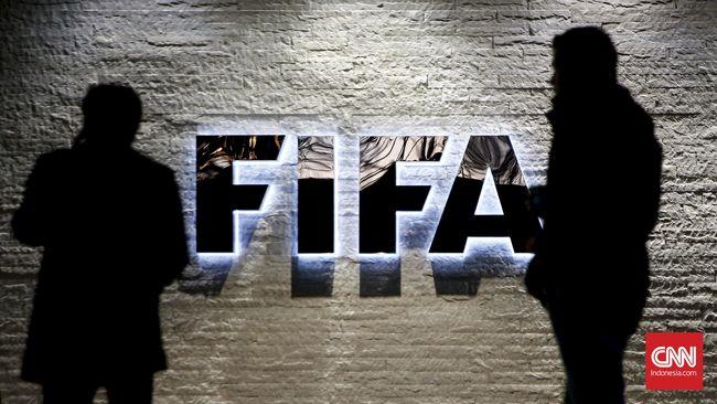 Journalists gather in front of FIFA's headquarters in Zurich, Switzerland December 2, 2015.    REUTERS/Arnd Wiegmann
