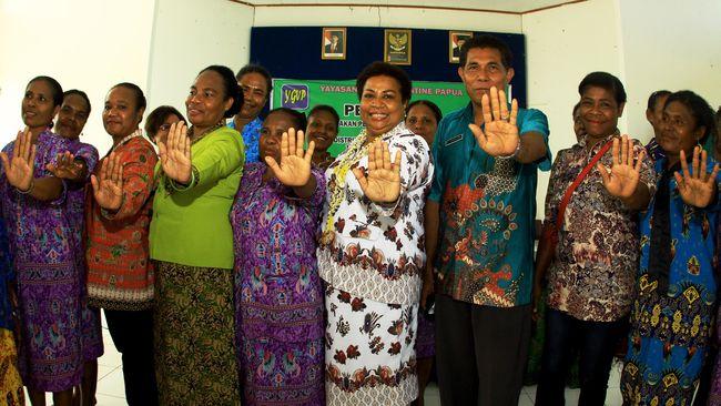 Para pemangku adat dan tokoh agama di Papua selama ini melawan penyebaran miras. Jokowi justru menerbitkan Perpres izin investasi miras di Papua.