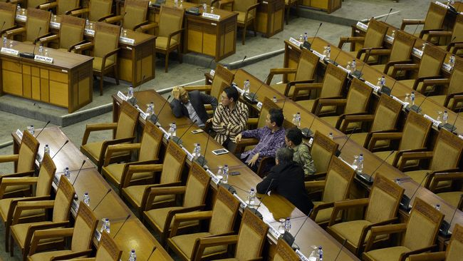 Surat pencalonan Tito menjadi calon Kapolri akan dibahas pada rapat paripurna DPR. Sebelumnya, pimpinan DPR akan menggelar pertemuan dengan pimpinan fraksi.