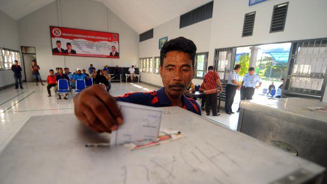 Pengamat Kepolisian Khairul Fahmi menilai Polri telah menyalahi kepatutan ketika menginisiasi positif dan negatif pelaksanaan pilkada langsung.