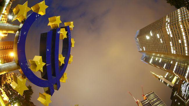 Keputusan Bank Snetral Eropa pertahankan suku bunga rendah dan pangkas pembelian obligasi tekan bursa dan euro. Euro melemah hampir ke sebagian besar mata uang.