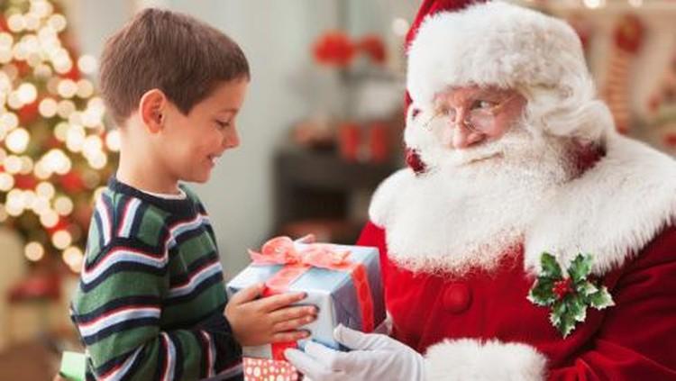 Foto di pangkuan Santa Claus itu jadi kenangan terakhir bocah yang lahir dengan kondisi nggak biasa ini.