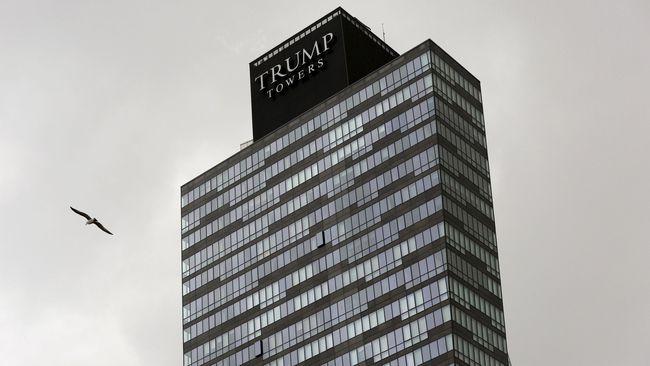 Situs perusahaan Trump Towers milik Donald Trump tidak dapat diakses selama sekitar satu jam setelah dirretas oleh kelompok Anonymous.