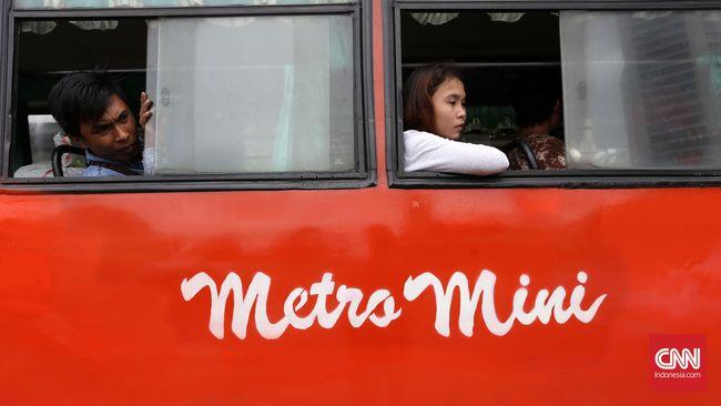 Metromini seakan tinggal menunggu waktu untuk benar-benar hilang. Dengan segala kekurangannya, Metromini tetap punya penumpang setia yang punya segudang cerita.