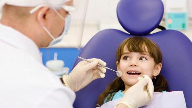 Karies gigi atau gigi berlubang pada anak anak bisa terjadi karena pemberian susu botol dan ASI. Lalu bagaimana cara mencegahnya?