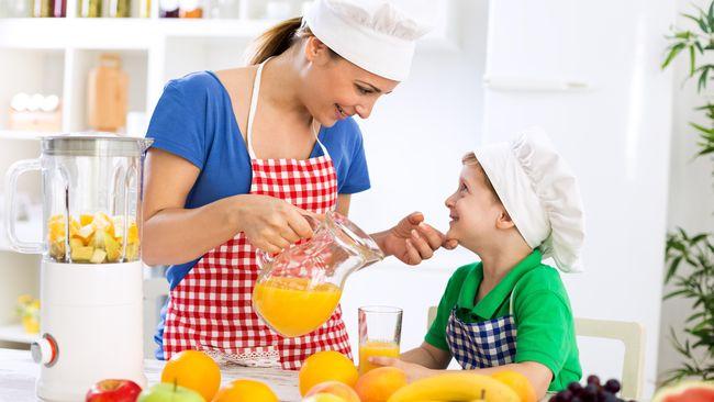 Mengajarkan keahlian di dapur kepada anak sedini mungkin, memang baik. Namun orang tua juga harus memperhatikan beberapa hal. Apa saja?