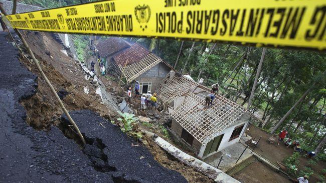 Tim evakuasi dari BPBD, Basarnas, TNI dan Polisi dibantu masyarakat masih berupaya mencari sembilan orang yang masih belum ditemukan pascalongsor.
