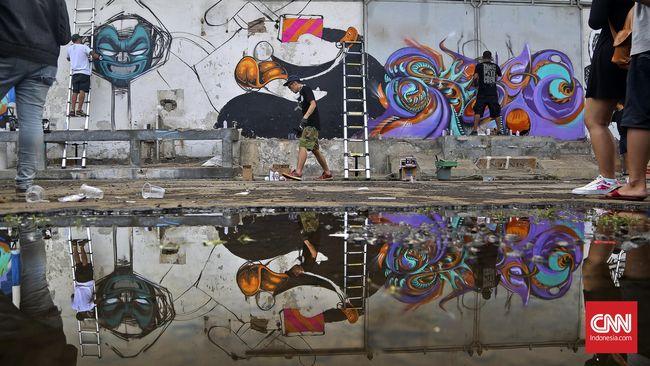 Sesama seniman graffiti lokal dan mancanegara sudah saling komunikasi, dan saling tukar pendapat sembari membuat graffiti bersama.